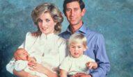 Prințul Charles, Prințesa Diana, Prințul William și Prințul Harry, portret după nașterea mezinului. Diana și fiii ei poartă alb, Prințul Charles poartă o cămașă albastră. Fundalul albastru
