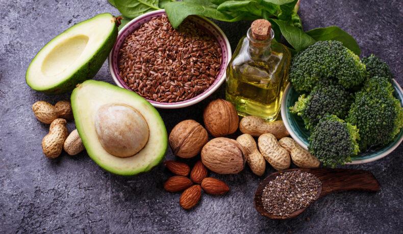 Alimente bogate în nutrienți esențiali pentru o dietă echilibrată, aranjate pe un blat închis la culoare