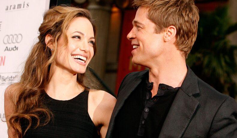 Angelina Jolie și Brad Pitt la premiera Ocean's 13, 2007, California. Amândoi poartă negru. Ea poartă o bluză neagră, fără mâneci, el poartă cămașă neagră și blazer negru