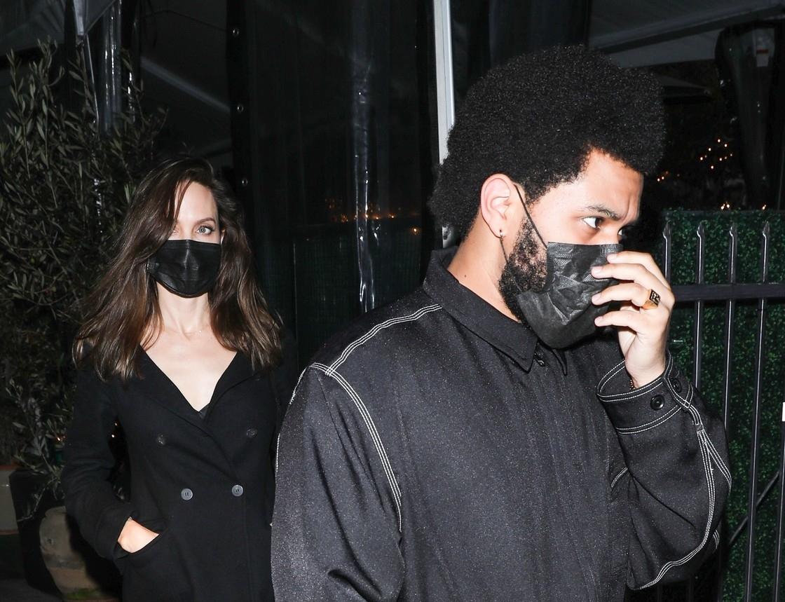Angelina Jolie și The Weeknd, fotografiați la o ieșire în oraș, îmbrăcați în negru