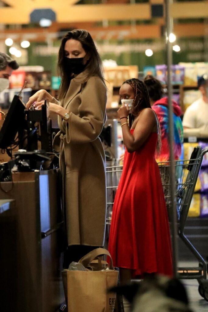 Angelina Jolie și Zahara Jolie-Pitt au mers împreună la cumpărături în West Hollywood. Angelina poartă o haină lungă bej, Zahara poartă o rochie roșie lungă