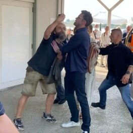 Ben Affleck, fotografiat în timp ce împringe un bărbat, iar JLo stă protejată în spatele lui