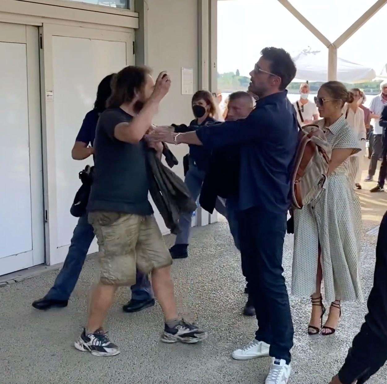 Ben Affleck, pe aeroportul din Veneția, în timp ce o protejează pe Jennifer Lopez