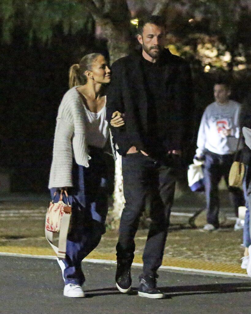 Jennifer Lopez și Ben Affleck la o întâlnire romantică la un cinematograf în aer liber din Los Angeles. Ea poartă blugi, bluză albă, el e îmbrăcat în negru