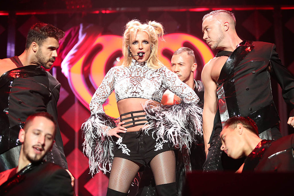Britney Spears, la Jingle Ball - Show, în 2016, pe scenă, alături de dansatori