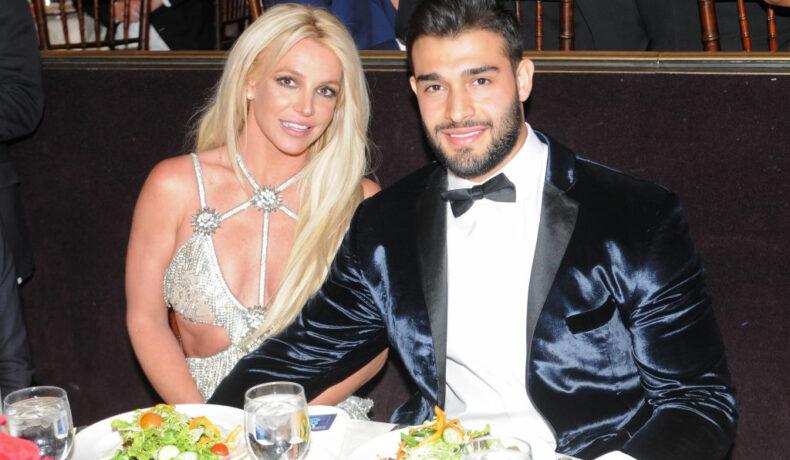 Birtney Spears și Sam Asghari, la Annual GLAAD Media Awards, în 2018, la masă, îmbrăcați elegant