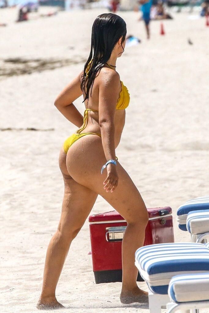 Camila Cabello a mers la plajă în Miami, Florida, în septembrie 2021. A purtat un costum de baie galben, din două piese. Fundal cu nisip