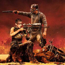 Poster oficial Mad Max: Fury Road cu Charlize Theron și Tom Hardy, fundal cu furtună portocalie, amândoi au arme