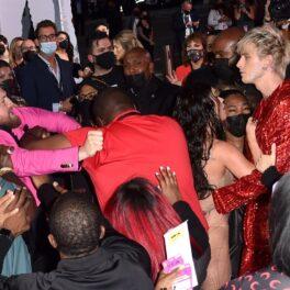 Conor McGregor și Machine Gun Kelly, altercație pe covorul roșu la MTV VMAs, 2021. Machine Gun Kelly poartă un costum roșu, Conor poartă un costum roz