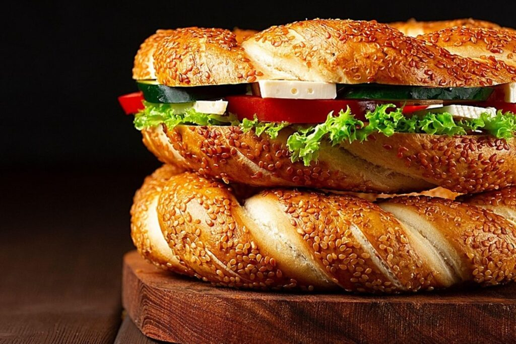 Doi covrigi turcești cu susan, unul făcut sandviș