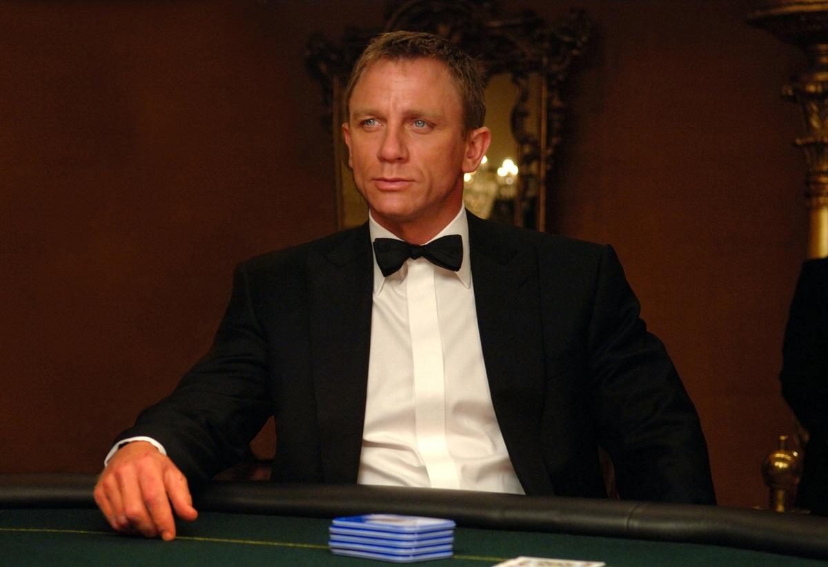 Daniel Craig în filmul James Bond Casino Royale. Îmbrăcat în costum negru, cămașă albă, cu papion