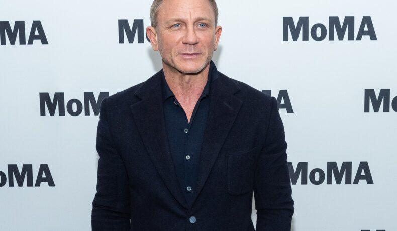 Daniel Craig, pe covorul roșu MOMA, în 2020, la ecranizarea Casino Royale. A prtat un costum negru, pe un fundal alb