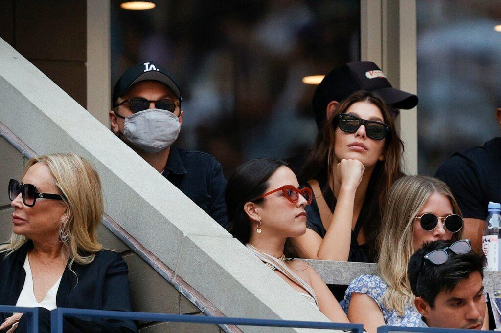 DiCaprio și iubita sa, la US Open 2021, în tribune, la meciul dintre Daniil Medvedev și Novak Djokovic