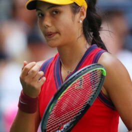 Emma Răducanu, în timp ce se pregătește să lovească în timpul meciului cu Belinda, la US Open 2021