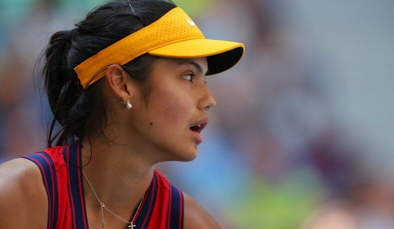 Emma Răducanu, pe terenul de tenis la US Open 2021, într-o ținută galben cu roșu