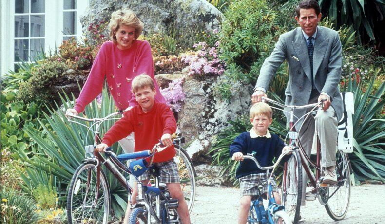 Diana, Prințul Charles și fiii lor, Prințul William și Prințul Harry, au mers în vacanță în vara anului 1989 în SCilly Isles. Toți patru sunt pe bicicletă