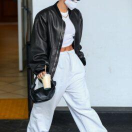 Hailey Bieber, cu mana în buzunar, pe stradă