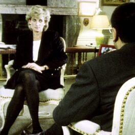 Interviul din 1995 cu Prințesa Diana și Martin Bashir. Ea poartă un costum cu fustă de culoare neagră și o bluză albă. Stă pe un fotoliu alb