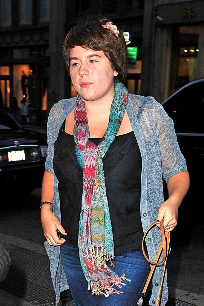 Isabella Cruise, în anul 2010, surprinsă în timp ce era la cumpărături. Poartă o bluză neagră, cu un fular multicolor