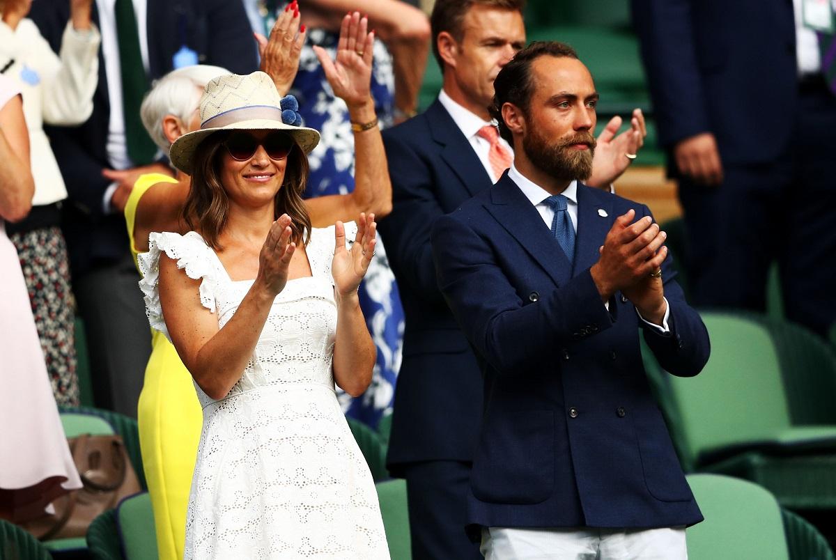 James și Pippa Middleton la turneul Wimbledon din anul 2018. Se află în tribune. Ea e îmbrăcată în alb, el poartă o jachetă albastră