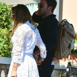 Jennifer Lopez și Ben Affleck, fotografiați de mână, în timp ce intră la Festivalul de Film de la Veneția 2021