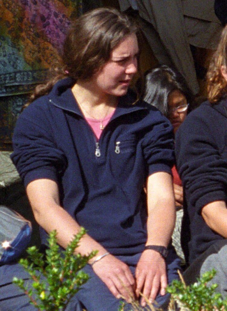 Kate Middleton, 2001, într-o expediție organizată de Raleigh International. Poartă o bluză albastră
