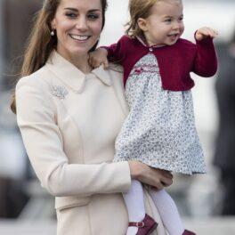 Kate Middleton și Prințesa Charlotte au mers într-o vizită oficială în Canada, în anul 2016. Kate a purtat o haină bej, de 4.000 de dolari, Charlotte a purtat o rochie albă, cu o bluză vișinie