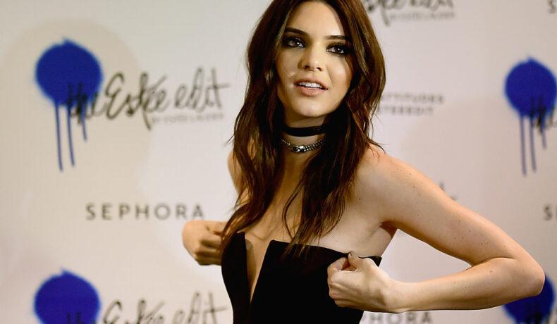 Kendall Jenner, fotografiată în timp ce își aranjează ținuta la lansarea unei linii de produse cosmetice
