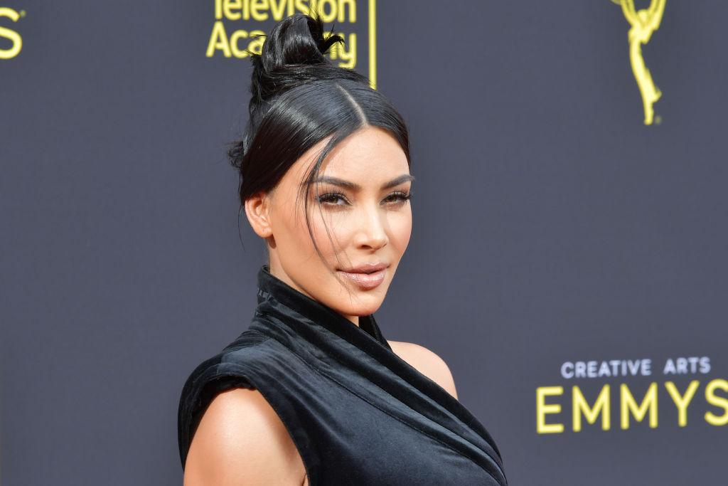 Kim Kardashian, la un eveniment în 2019, la panou, îmbrăcată într-o rochie elegantă