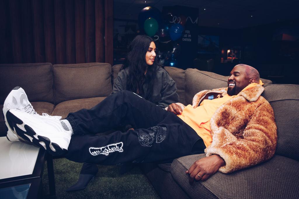 Kim Kardashian, fotografiată în timp ce îl privește pe Kanye West, într-un turneu din California, în 2018