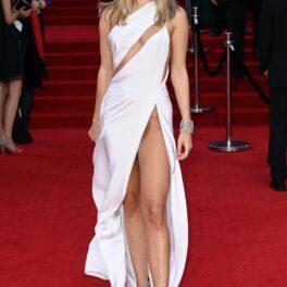Kimberley Garner a venit la premiera noului film James Bond îmbrăcată într-o rochie albă, decupată și cu decolteu
