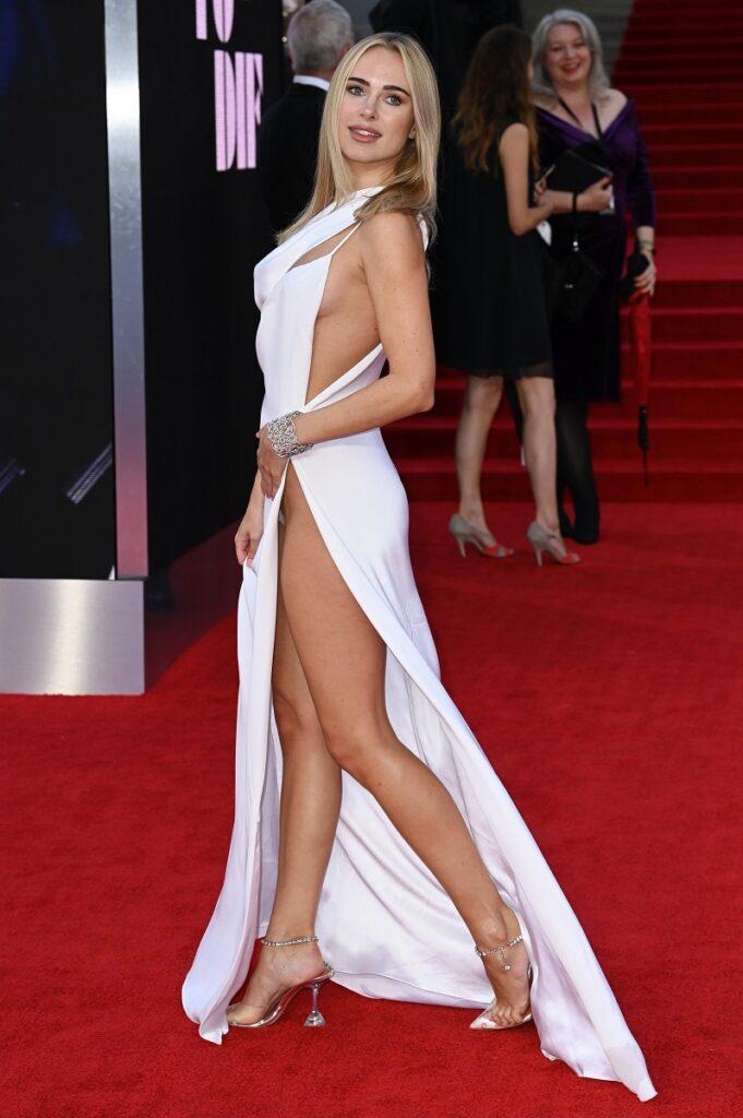 Kimberley Garner la premiera No Time To Die, noul film James Bond, în Londra. A purtat o rochie albă, decupată și decoltată