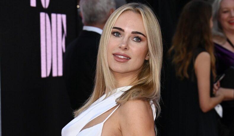 Kimberley Garner, pe covorul roșu la premiera filmului James Bond, No Time To Die. A purtat o rochie albă, foarte decupată