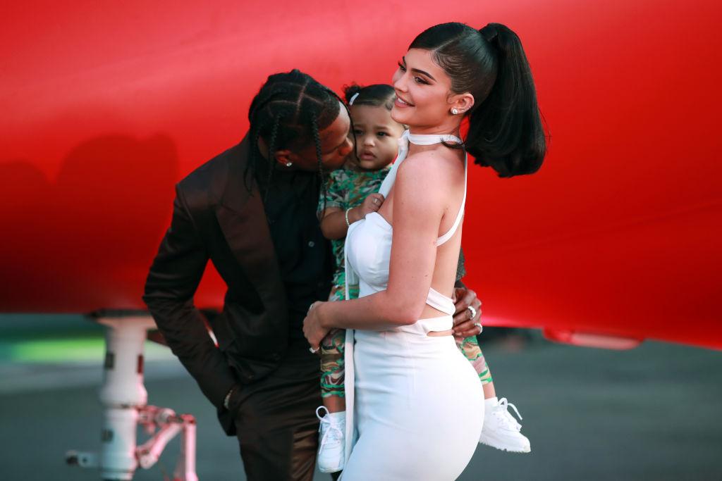 Travis Scott, fotografiat în timp ce-și sărută fiica pe obraz, la premiera Travis Scott Look Mom I Can Fly
