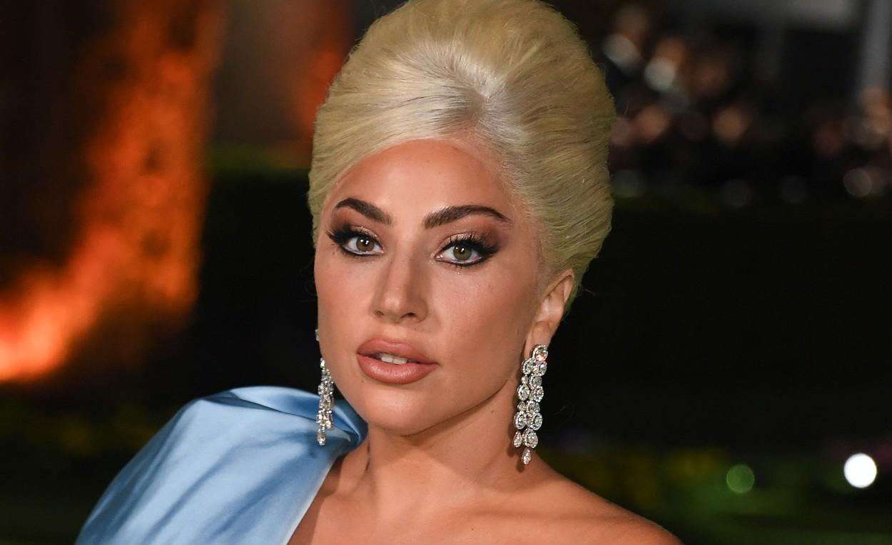 Lady Gaga, într-o rochie lungă, neagră, la un eveniment în Los Angeles