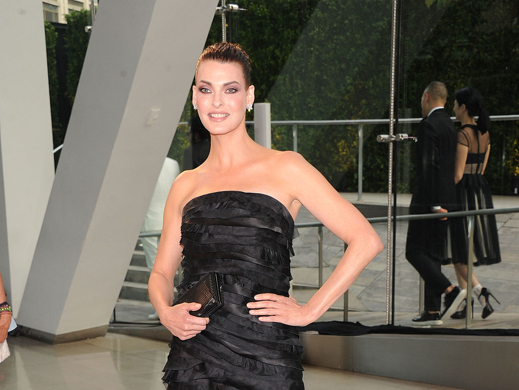 Linda Evangelista, la CFDA Fashion Awards, pe covorul roșu, în 2013