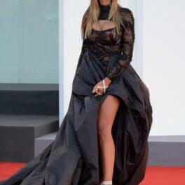 Mădălina Ghenea, într-o rochie neagră, imperială, pe covorul roșu al Festivalului de Film de la Veneția 2021