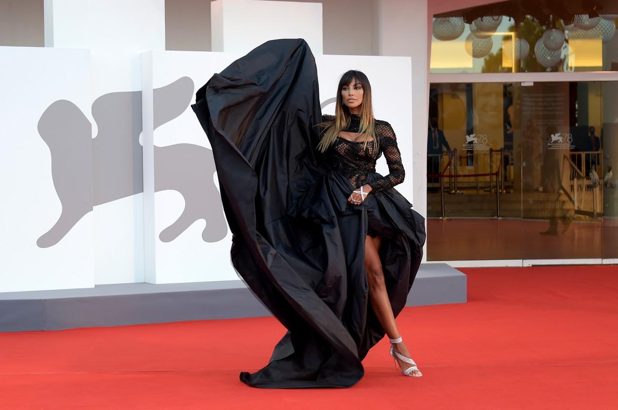 Mădălina Ghenea, pe covorul roșu al Festivalului de Film de la Veneția 2021, într-o rochie neagră