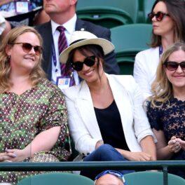 Meghan Markle la Wimbledon, într-unul din cele mai emoționante momente cu Meghan Markle ca mamă, în 2019, în tribune. E îmbrăcată cu o bluză neagră, sacou alb și blugi, cu o pălărie