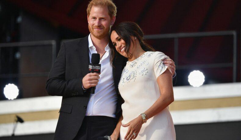 Meghan Markle, cu capul pe umărul soțului ei, pe scena Global Citizen Live 2021