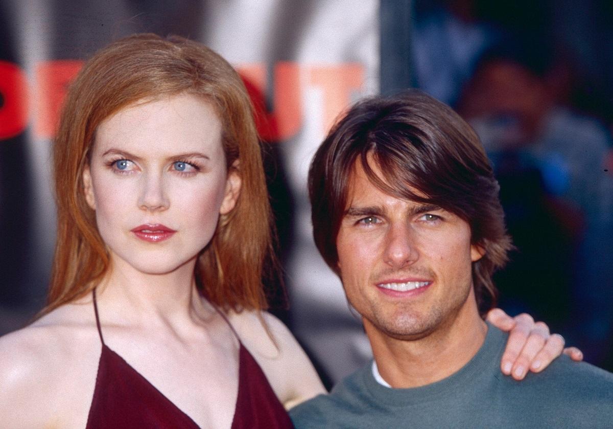 Nicole Kidman și Tom Cruise, în 1990. Ea poartă un top vișiniu, el poartă o bluză gri