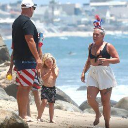 Pink, la plajă cu cei doi copii și soțul, în timp ce petrec timp împreună