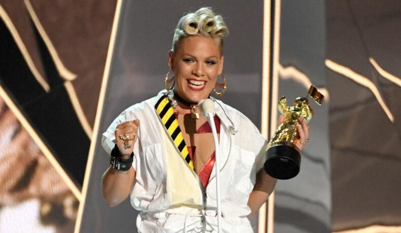 Pink, cu premiul în mână, pe scena MTV Video Music Awards, în anul 2017