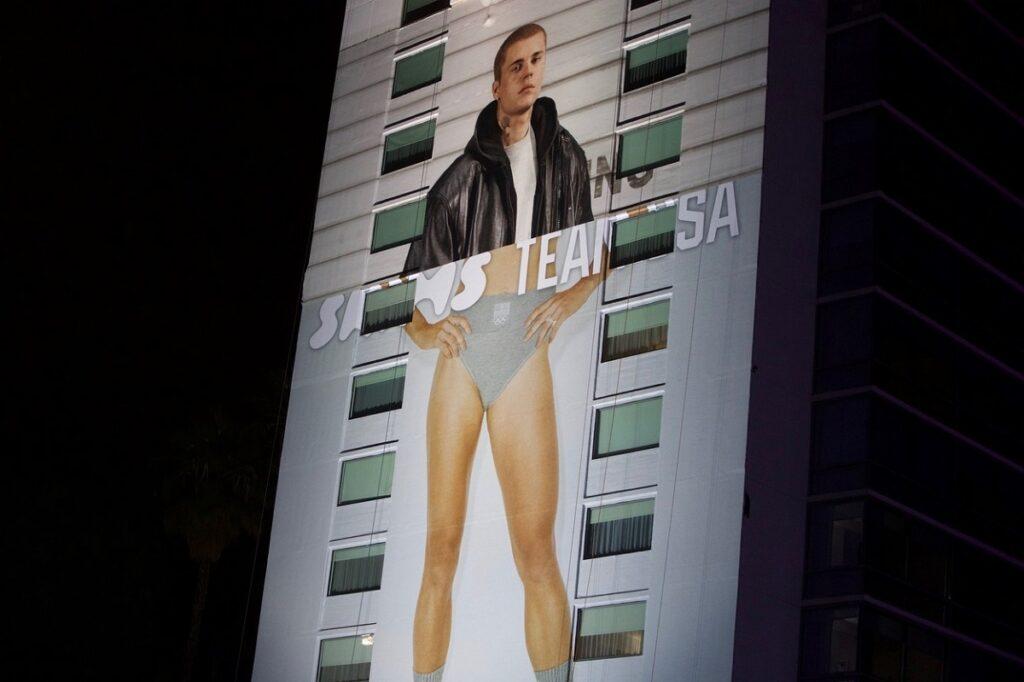 Posterul cu Justin Bieber care a fost amplasat pe un bloc înalt din Hollywood, având imaginea artistului doar în partea de sus, iar în partea de jos fiind o pereche de picioare goale