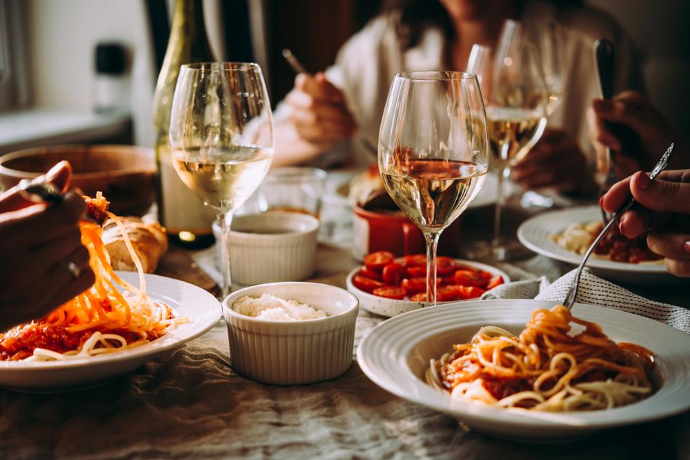 Mai multe preparate pe o masă, comandate la restaurant