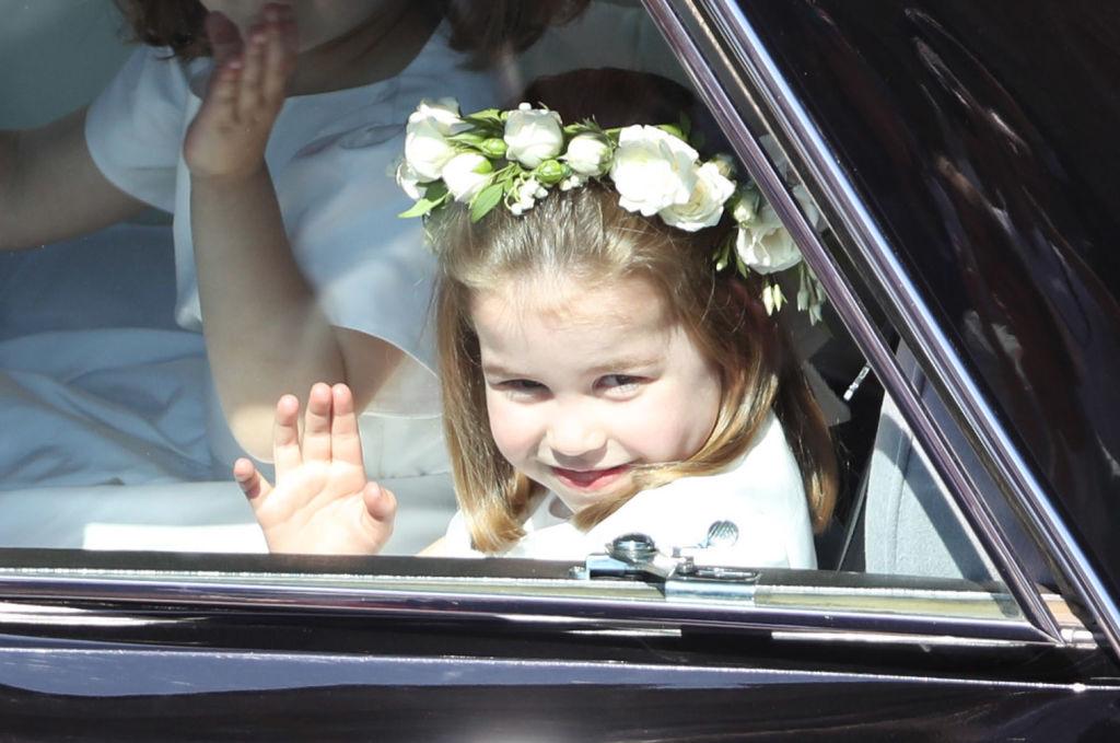 Prințesa Charlotte, într-o mașină, fotografiată în timp ce le face cu mâna fotografilor