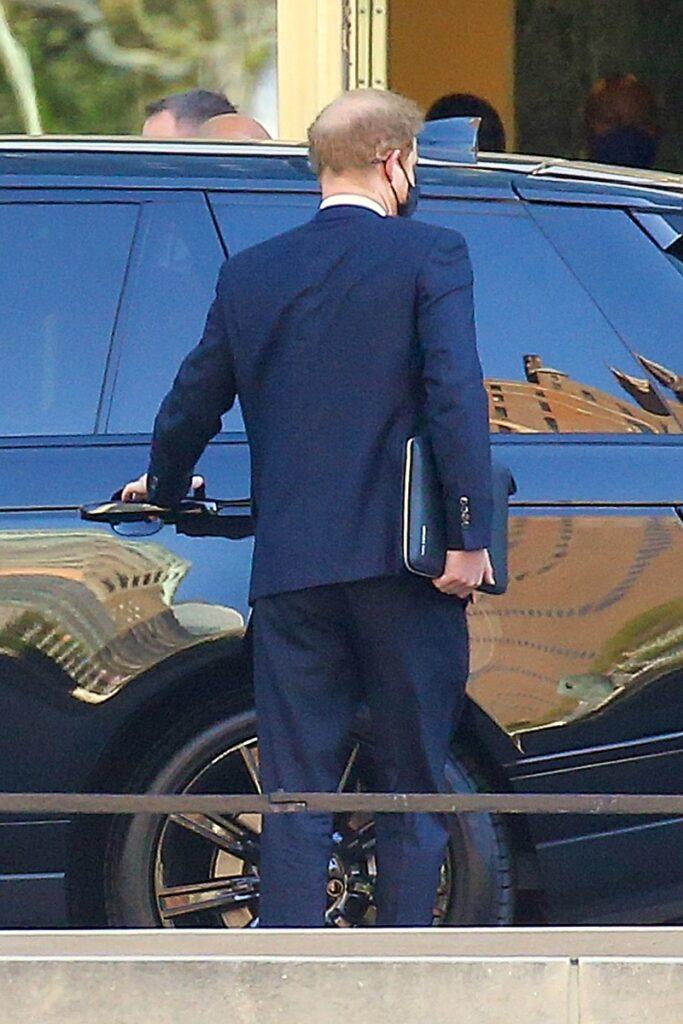 Prințul Harry în New York, se urcă într-o mașină neagră și are geanta de laptop neagră în mână