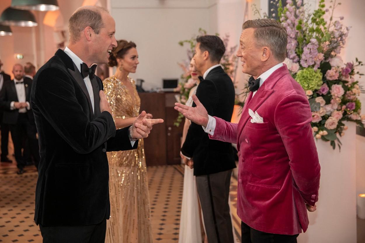 Prințul William, fotografiat în timp ce discută cu Daniel Craig, la premiera filmului No Time to Die