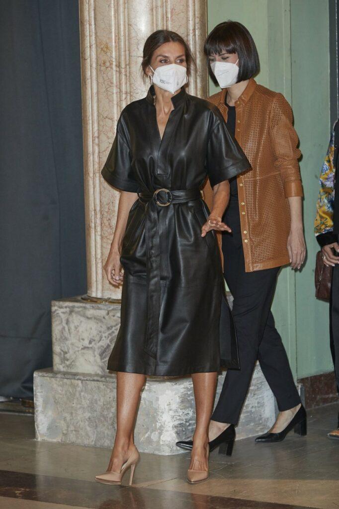 Regina Letizia, într-o rochie neagră din piele, cu pantofi nude