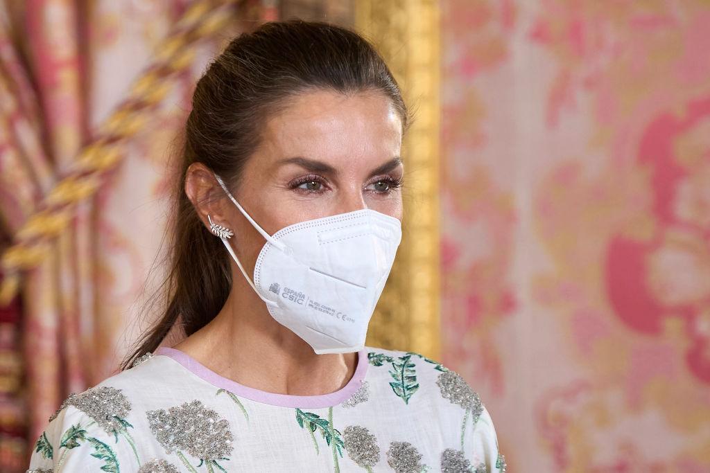 Regina Letizia, fotografie portret, cu masca pe față, la un eveniment de la Palatul Regal al Spaniei